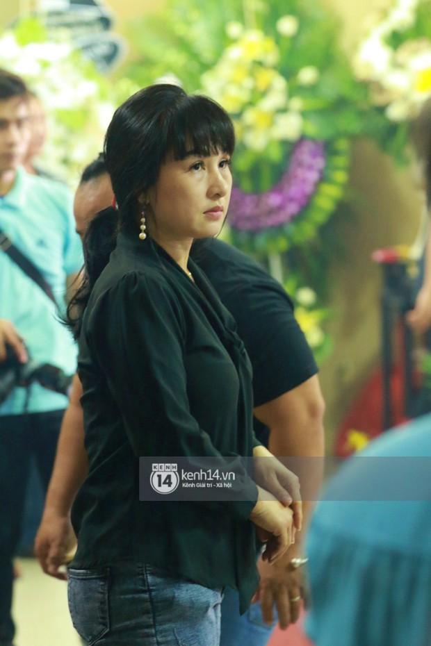 Đêm cuối cùng đám tang cố diễn viên Anh Vũ: Nghệ sĩ lặng người, không giấu được xúc động trước linh cữu - Ảnh 11.