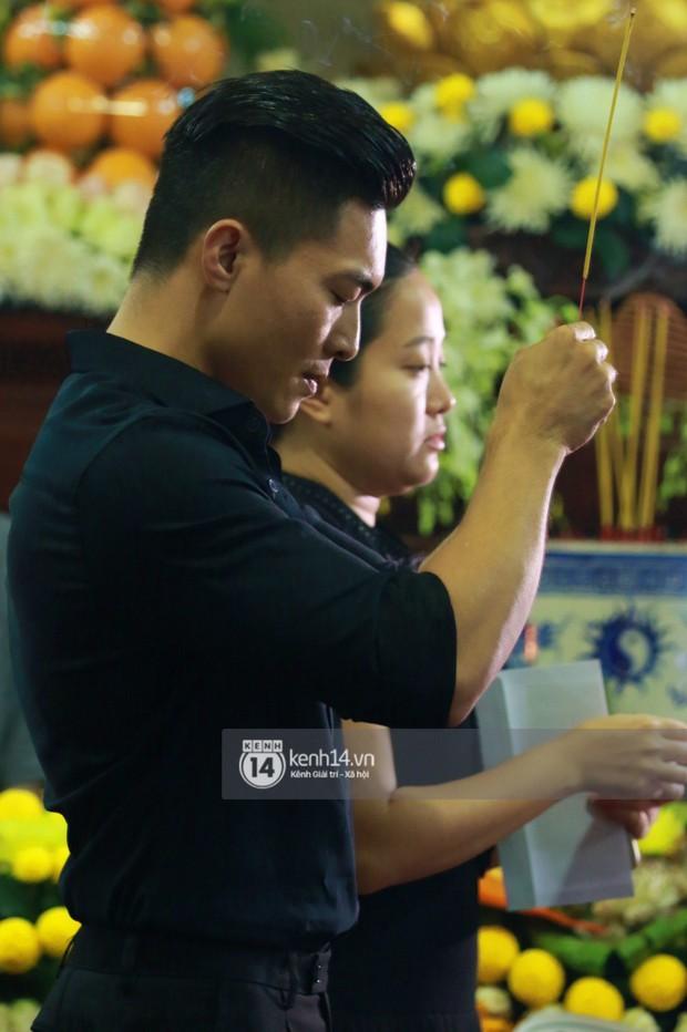Đêm cuối cùng đám tang cố diễn viên Anh Vũ: Nghệ sĩ lặng người, không giấu được xúc động trước linh cữu - Ảnh 2.