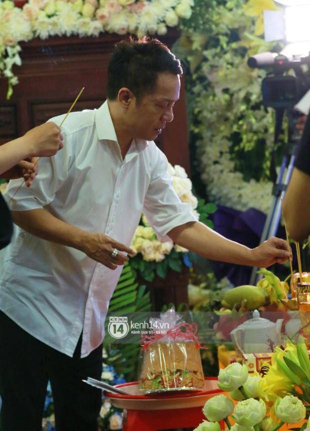 Đêm cuối cùng đám tang cố diễn viên Anh Vũ: Nghệ sĩ lặng người, không giấu được xúc động trước linh cữu - Ảnh 14.