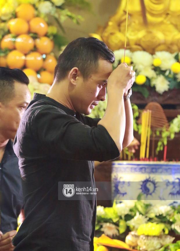 Đêm cuối cùng đám tang cố diễn viên Anh Vũ: Nghệ sĩ lặng người, không giấu được xúc động trước linh cữu - Ảnh 15.