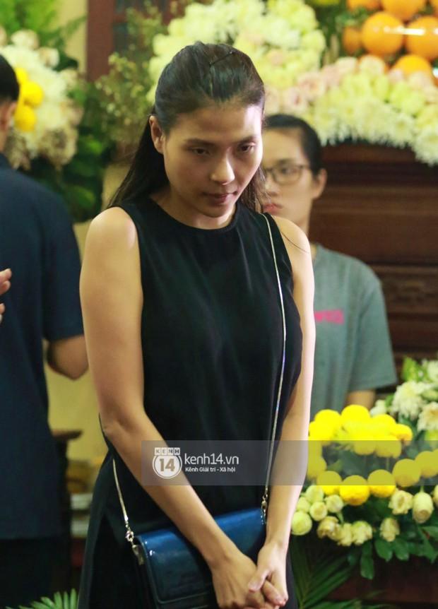 Đêm cuối cùng đám tang cố diễn viên Anh Vũ: Nghệ sĩ lặng người, không giấu được xúc động trước linh cữu - Ảnh 17.