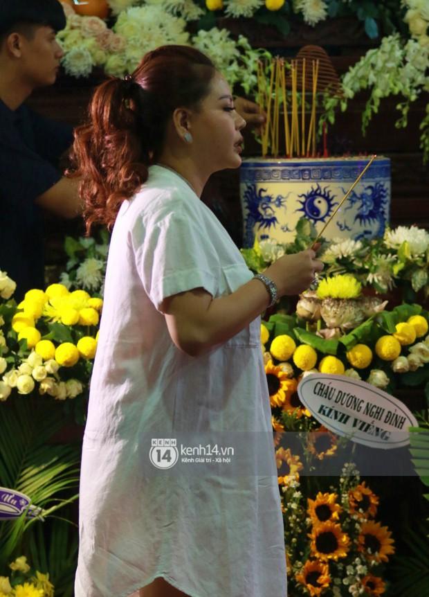 Đêm cuối cùng đám tang cố diễn viên Anh Vũ: Nghệ sĩ lặng người, không giấu được xúc động trước linh cữu - Ảnh 18.