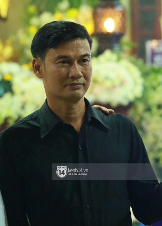 Đêm cuối cùng đám tang cố diễn viên Anh Vũ: Nghệ sĩ lặng người, không giấu được xúc động trước linh cữu - Ảnh 20.