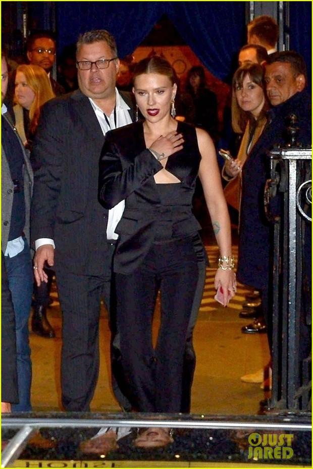Sự kiện Avengers gây chú ý: Mỹ nhân Scarlett Johansson nơm nớp vì hở quá bạo, liên tục cười tít mắt với Thor - Ảnh 1.