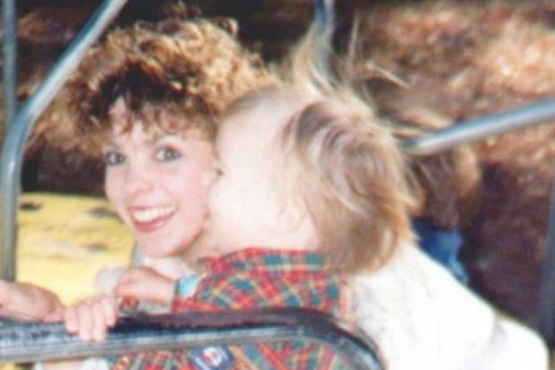 Sửa nhà, con trai tìm thấy tung tích mẹ đẻ sau hơn 20 năm biến mất không dấu vết - Ảnh 1.