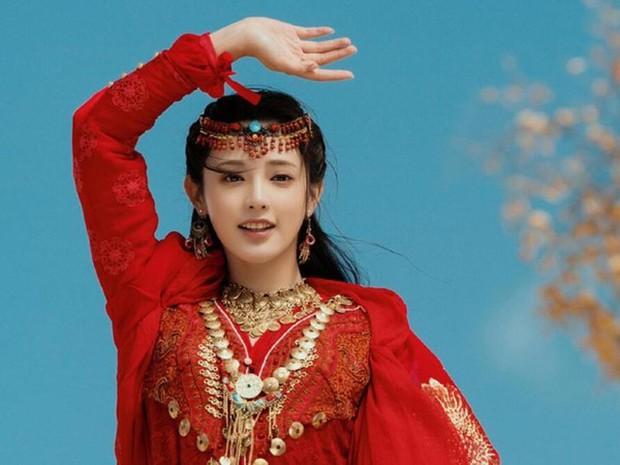 Khổ thân Chi Pu, quay MV cổ trang nhưng lại bị fan bảo là... cosplay Đông Cung - Ảnh 4.