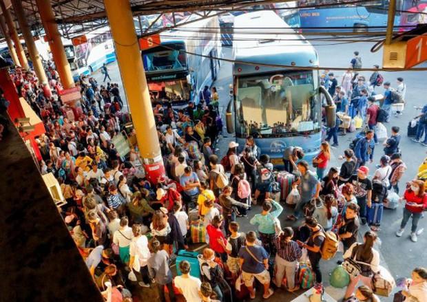Dòng người ùn ùn đổ về Thái Lan dịp lễ Songkran, 7 ngày nguy hiểm bắt đầu - Ảnh 1.