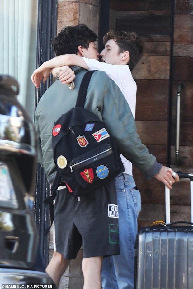 Loạt ảnh bỗng hot nhất hôm nay: Cặp đôi đồng tính đình đám showbiz ôm chầm xúc động, hôn mùi mẫn như phim ngôn tình - Ảnh 3.
