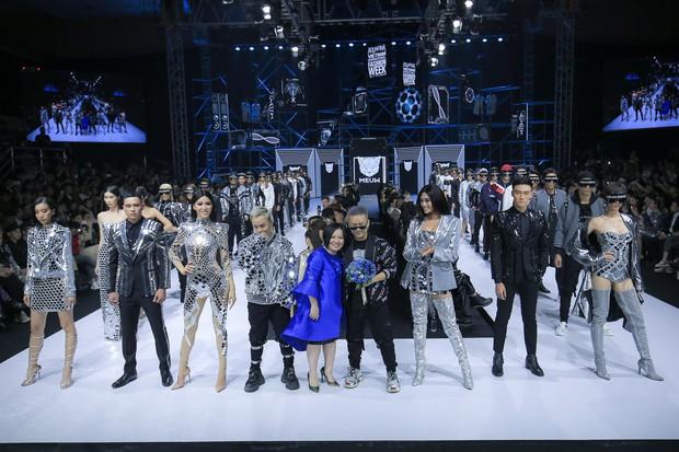 Bùng nổ cảm xúc trong đêm khai mạc Tuần lễ thời trang Aquafina Vietnam International Fashion Week Xuân Hè 2019 - Ảnh 2.