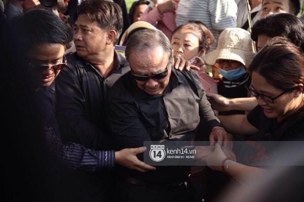 Bố mẹ Anh Vũ không đứng vững, rơi nước mắt vì đau xót trong lễ an táng con trai - Ảnh 5.