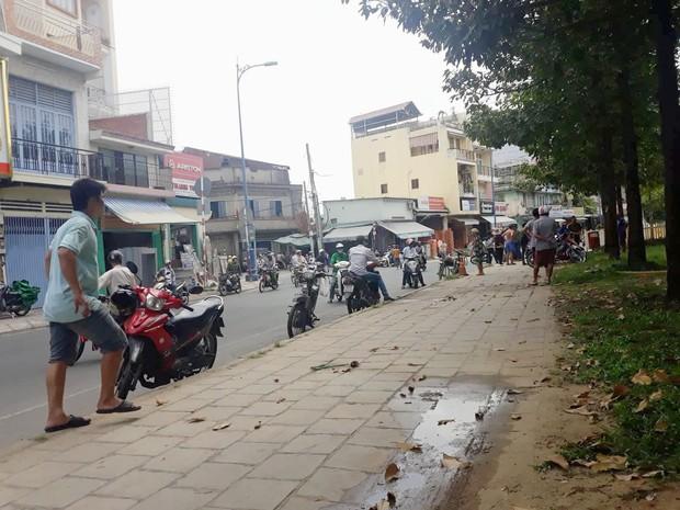 Cảnh sát dẫn giải đối tượng nghi hiếp dâm và dâm ô 2 bé gái đến khám nghiệm hiện trường tại công viên ở Sài Gòn - Ảnh 2.