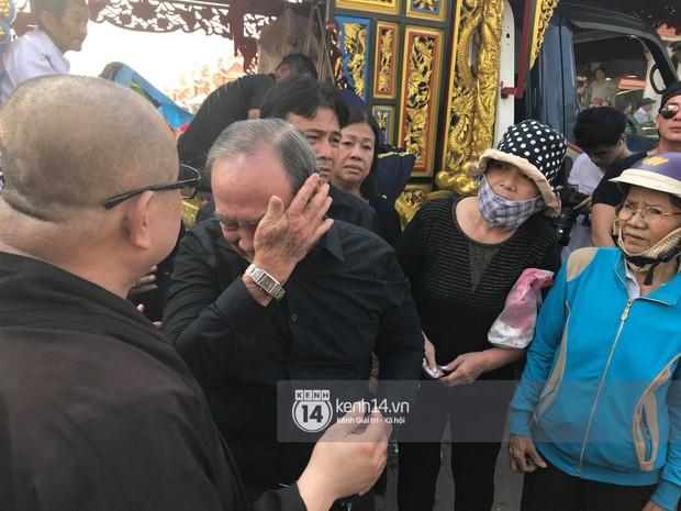 Bố mẹ Anh Vũ không đứng vững, rơi nước mắt vì đau xót trong lễ an táng con trai - Ảnh 4.