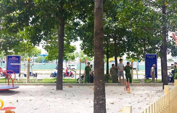 Cảnh sát dẫn giải đối tượng nghi hiếp dâm và dâm ô 2 bé gái đến khám nghiệm hiện trường tại công viên ở Sài Gòn - Ảnh 1.