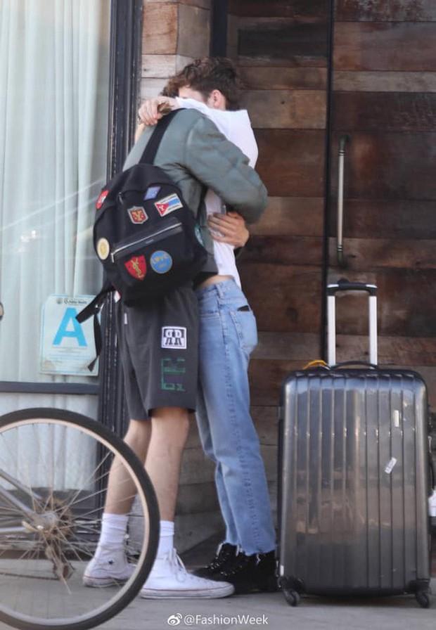 Loạt ảnh bỗng hot nhất hôm nay: Cặp đôi đồng tính đình đám showbiz ôm chầm xúc động, hôn mùi mẫn như phim ngôn tình - Ảnh 2.