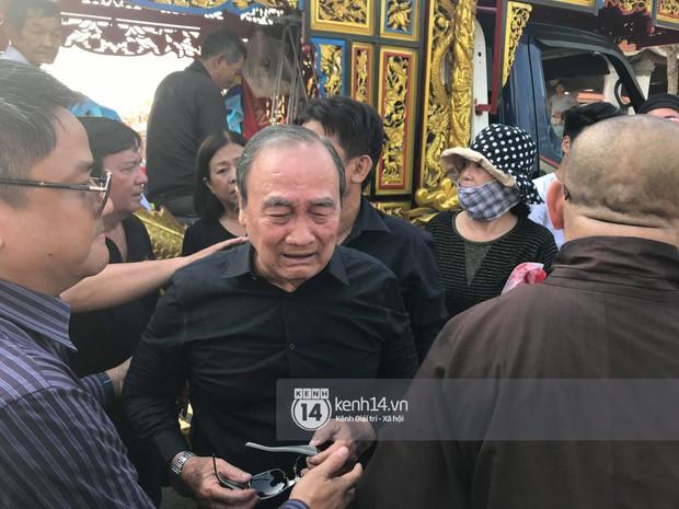 Bố mẹ Anh Vũ không đứng vững, rơi nước mắt vì đau xót trong lễ an táng con trai - Ảnh 2.