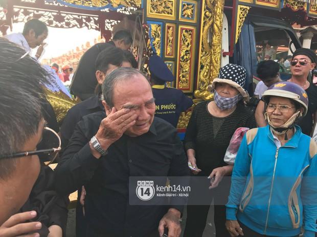 Bố mẹ Anh Vũ không đứng vững, rơi nước mắt vì đau xót trong lễ an táng con trai - Ảnh 3.