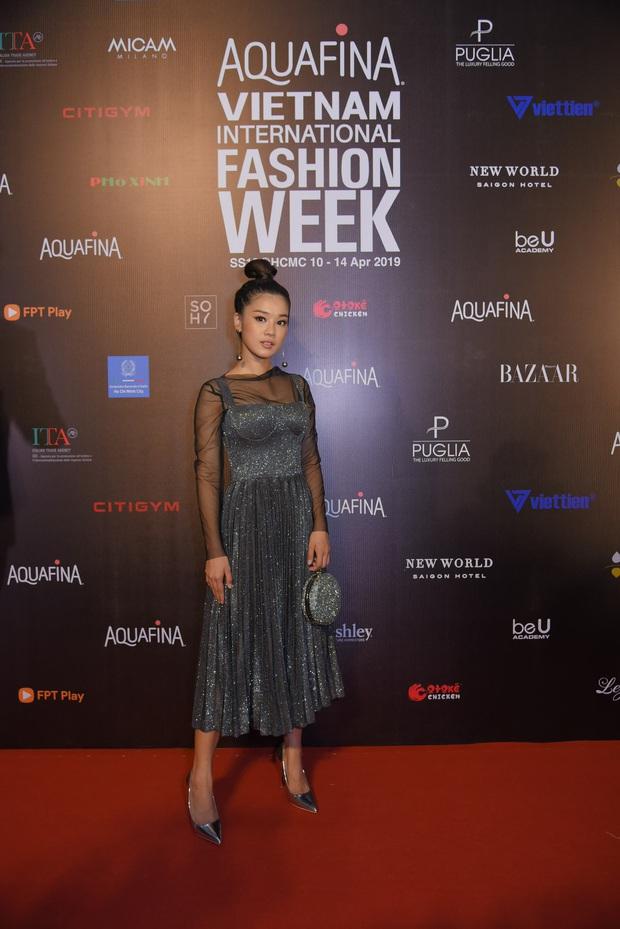 Tiểu Vy giật giũ, Nam Em thành đại phu nhân trên thảm đỏ Aquafina Vietnam International Fashion Week - Ảnh 11.