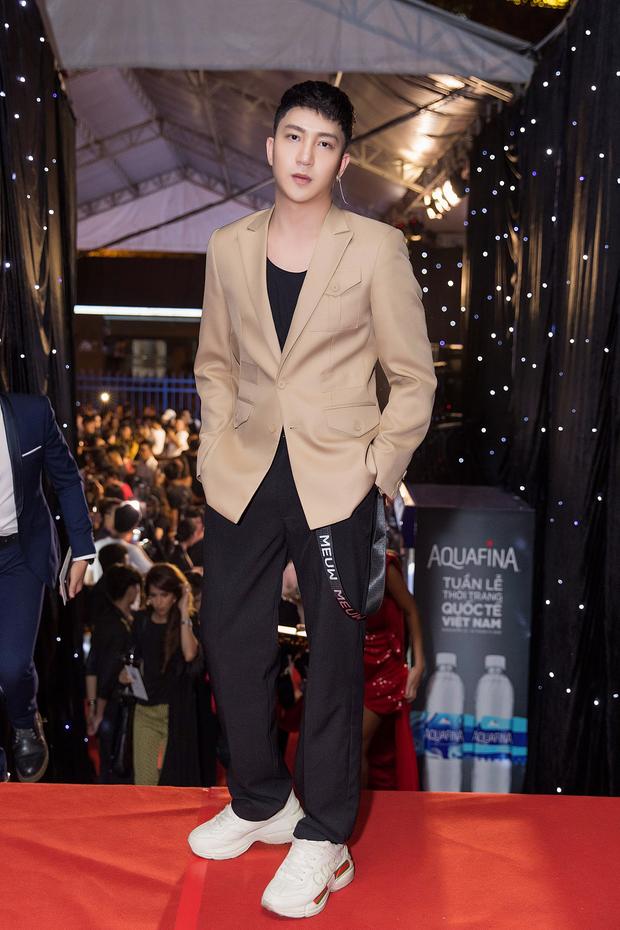 Tiểu Vy giật giũ, Nam Em thành đại phu nhân trên thảm đỏ Aquafina Vietnam International Fashion Week - Ảnh 15.