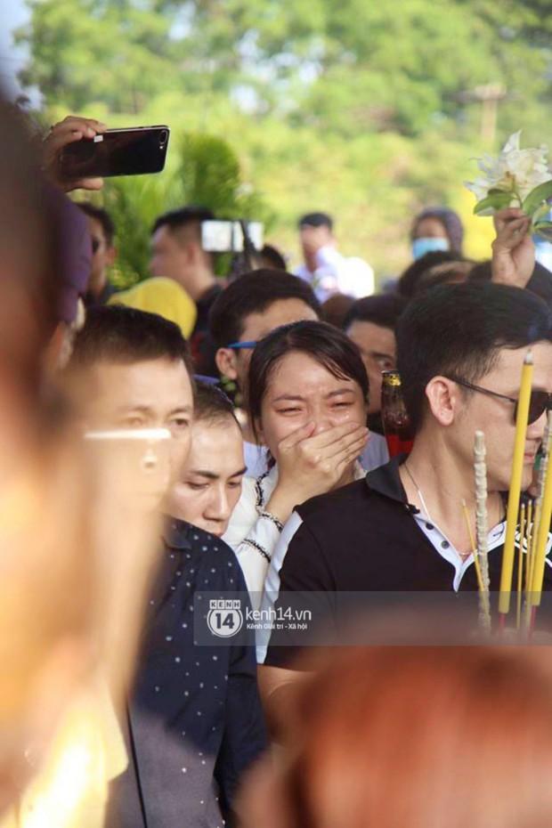 Bố mẹ Anh Vũ không đứng vững, rơi nước mắt vì đau xót trong lễ an táng con trai - Ảnh 7.