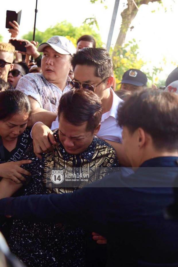 Bố mẹ Anh Vũ không đứng vững, rơi nước mắt vì đau xót trong lễ an táng con trai - Ảnh 10.