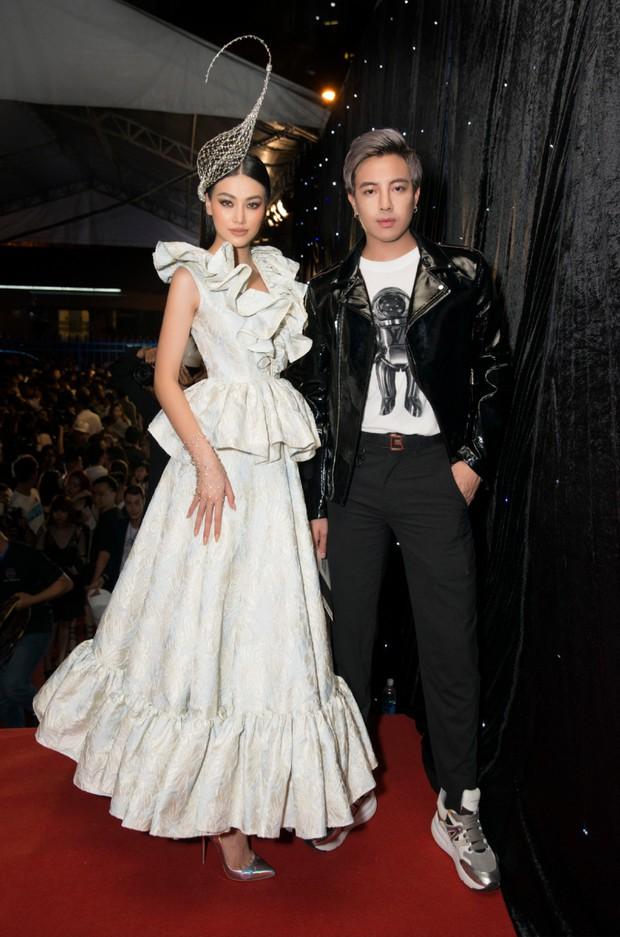 Tiểu Vy giật giũ, Nam Em thành đại phu nhân trên thảm đỏ Aquafina Vietnam International Fashion Week - Ảnh 9.