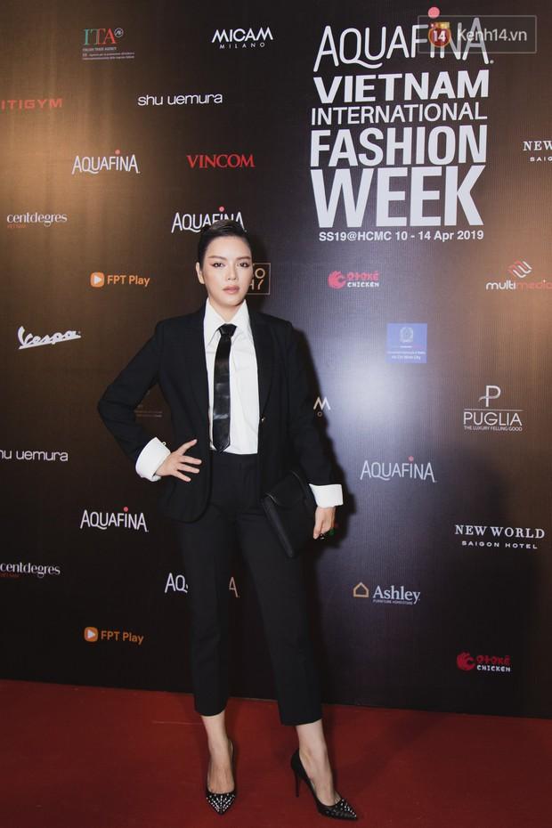 Tiểu Vy giật giũ, Nam Em thành đại phu nhân trên thảm đỏ Aquafina Vietnam International Fashion Week - Ảnh 6.