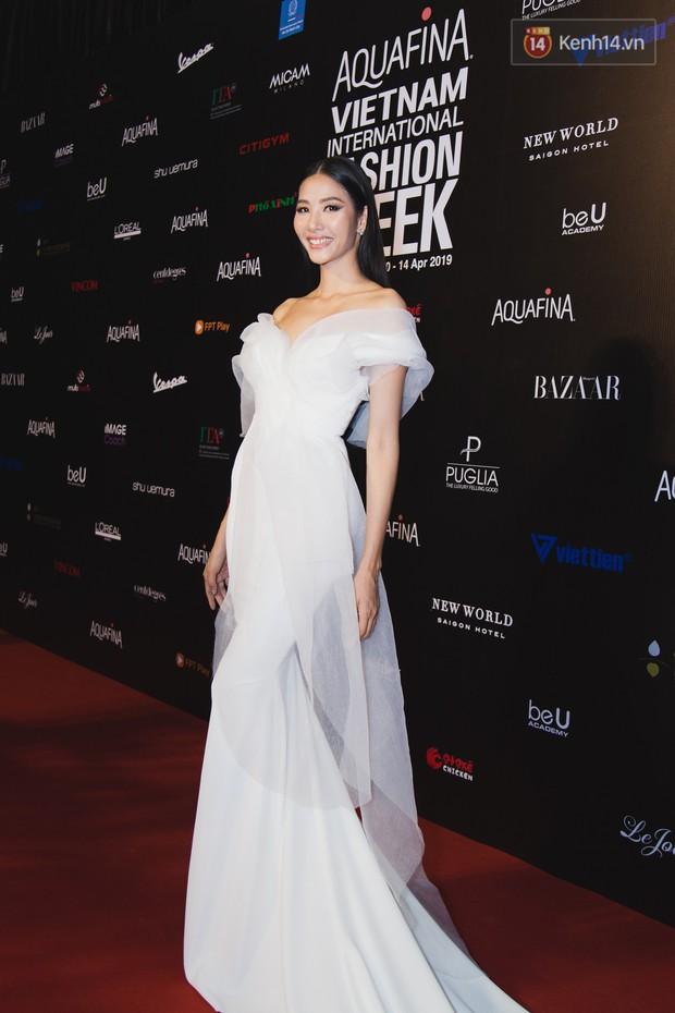 Tiểu Vy giật giũ, Nam Em thành đại phu nhân trên thảm đỏ Aquafina Vietnam International Fashion Week - Ảnh 16.