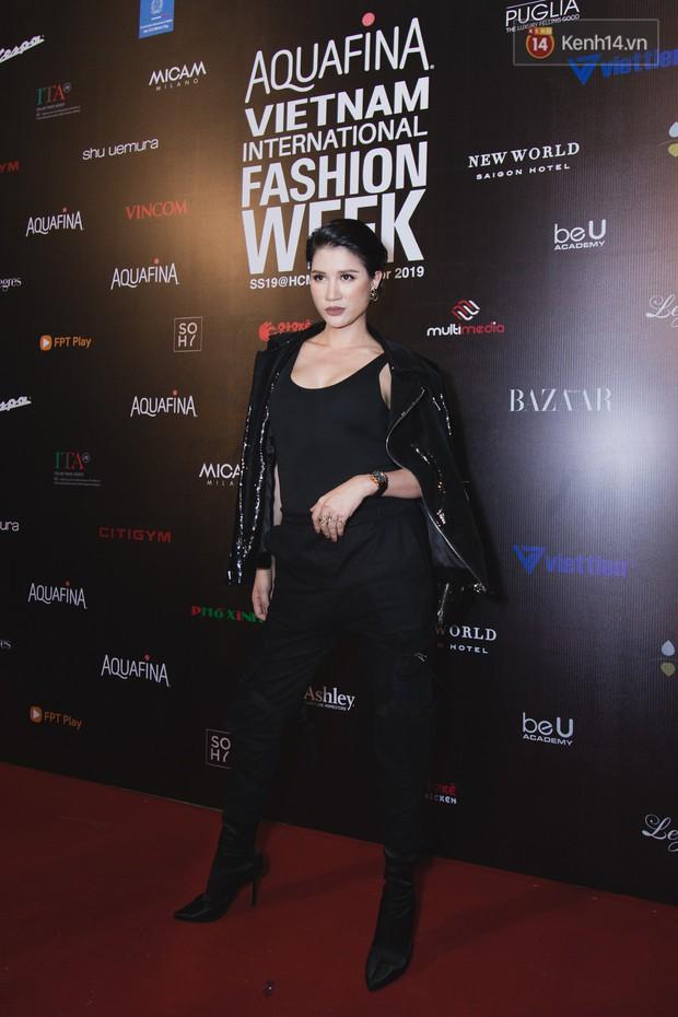 Tiểu Vy giật giũ, Nam Em thành đại phu nhân trên thảm đỏ Aquafina Vietnam International Fashion Week - Ảnh 18.