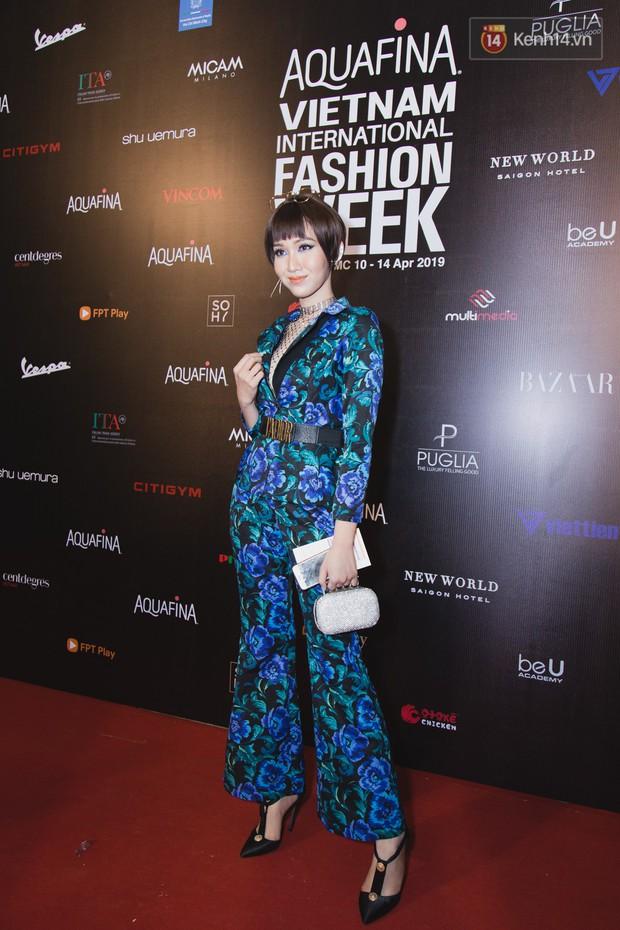 Tiểu Vy giật giũ, Nam Em thành đại phu nhân trên thảm đỏ Aquafina Vietnam International Fashion Week - Ảnh 19.