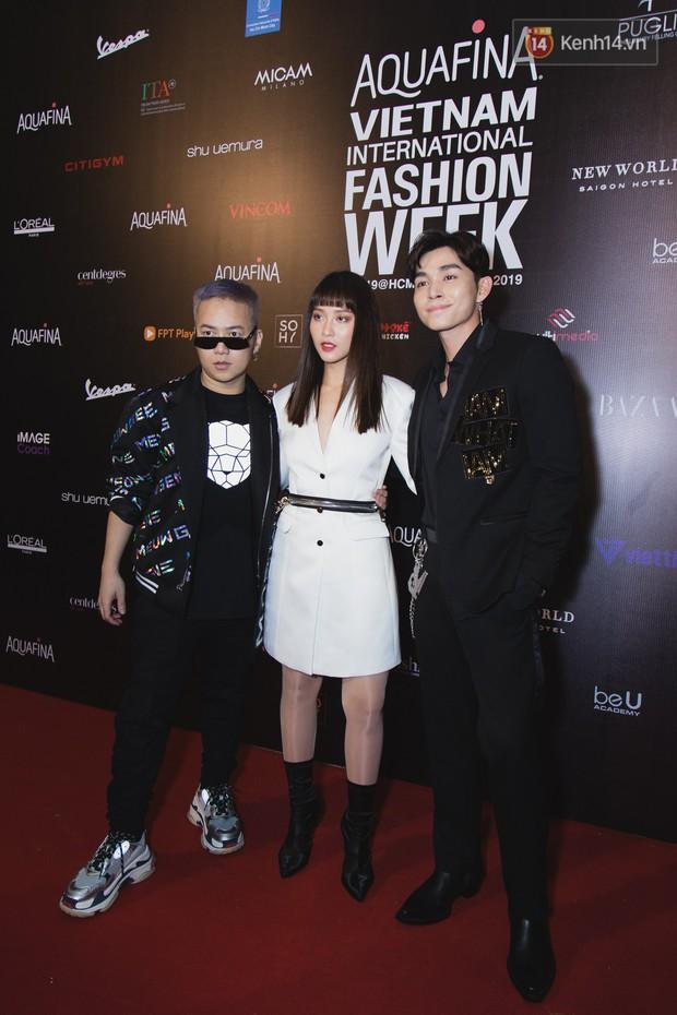Tiểu Vy giật giũ, Nam Em thành đại phu nhân trên thảm đỏ Aquafina Vietnam International Fashion Week - Ảnh 10.