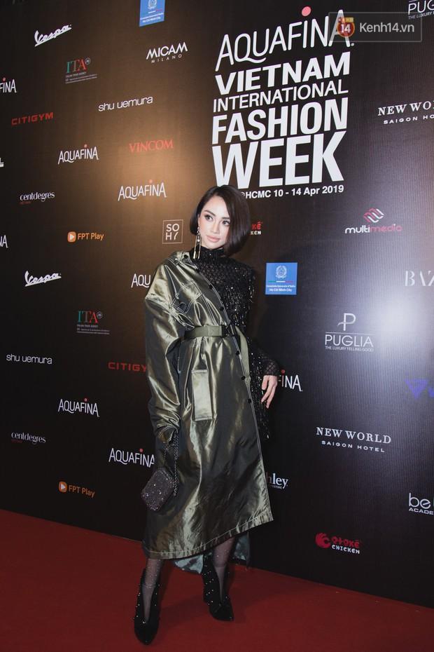 Tiểu Vy giật giũ, Nam Em thành đại phu nhân trên thảm đỏ Aquafina Vietnam International Fashion Week - Ảnh 22.