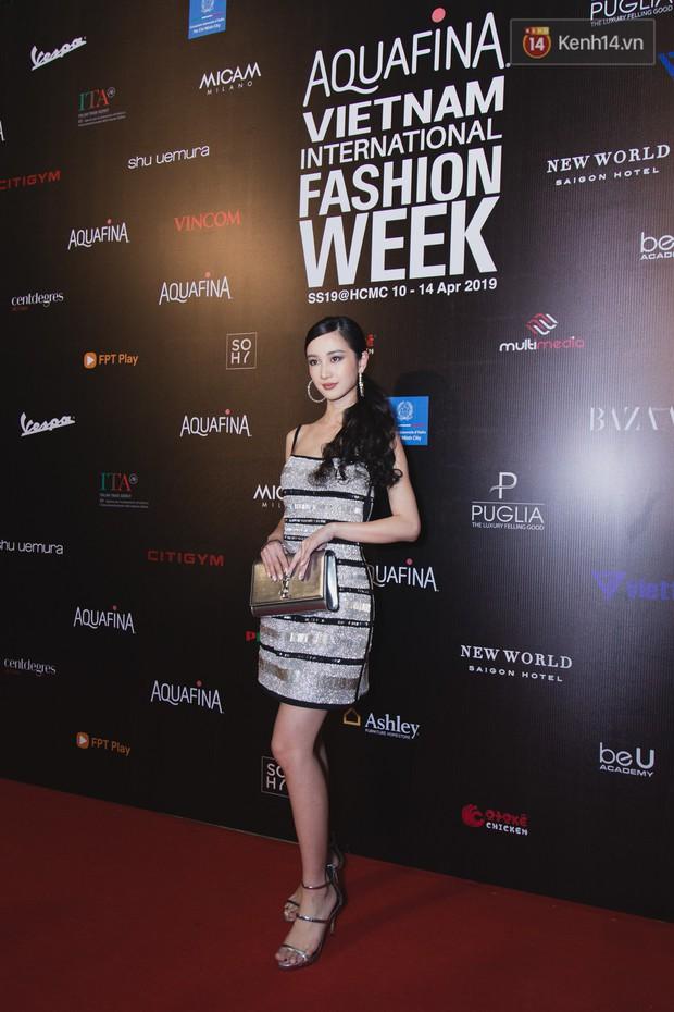 Tiểu Vy giật giũ, Nam Em thành đại phu nhân trên thảm đỏ Aquafina Vietnam International Fashion Week - Ảnh 3.
