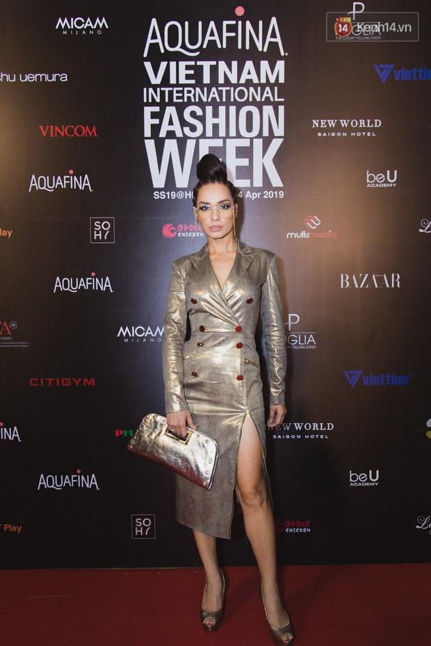Tiểu Vy giật giũ, Nam Em thành đại phu nhân trên thảm đỏ Aquafina Vietnam International Fashion Week - Ảnh 21.