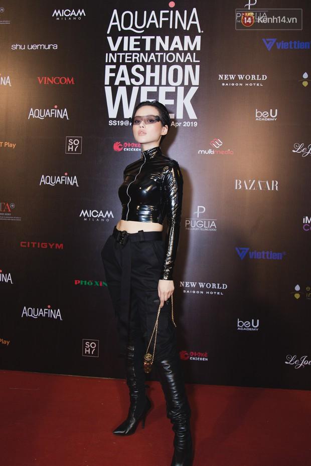 Tiểu Vy giật giũ, Nam Em thành đại phu nhân trên thảm đỏ Aquafina Vietnam International Fashion Week - Ảnh 17.