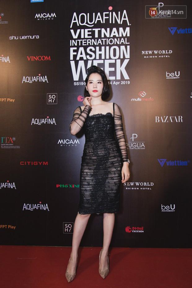 Tiểu Vy giật giũ, Nam Em thành đại phu nhân trên thảm đỏ Aquafina Vietnam International Fashion Week - Ảnh 4.