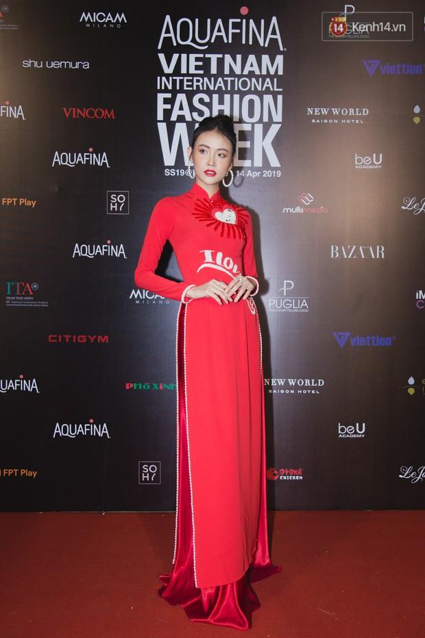 Thảm đỏ Tuần lễ thời trang ngày 2: Võ Hoàng Yến khoe chân dài tít tắp, Nguyễn Oanh tái xuất sau một thời gian vắng bóng - Ảnh 7.