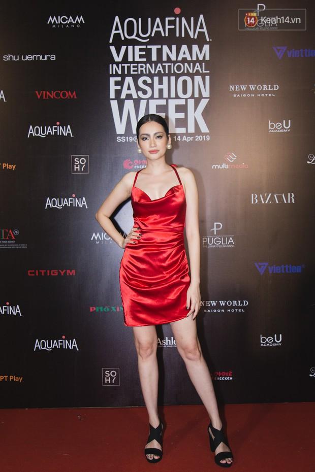 Thảm đỏ Tuần lễ thời trang ngày 2: Võ Hoàng Yến khoe chân dài tít tắp, Nguyễn Oanh tái xuất sau một thời gian vắng bóng - Ảnh 5.