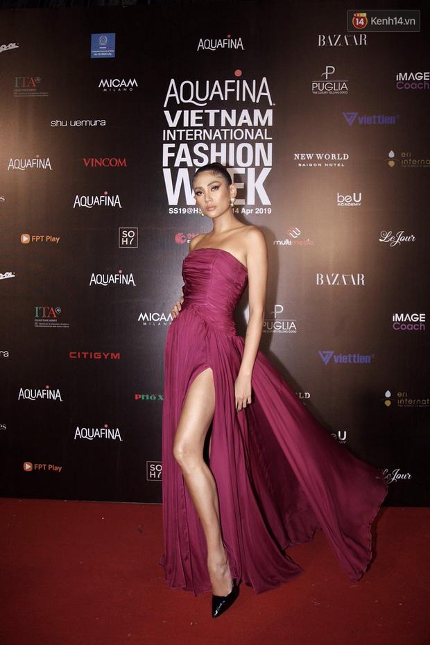Thảm đỏ Tuần lễ thời trang ngày 2: Võ Hoàng Yến khoe chân dài tít tắp, Nguyễn Oanh tái xuất sau một thời gian vắng bóng - Ảnh 2.