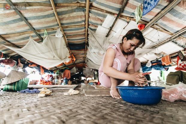 Cuộc sống lênh đênh trên thuyền của người lao động nhập cư ở Hà Nội: Chả có gì khó khăn, đông vui là chính - Ảnh 1.
