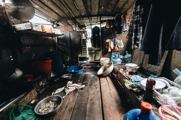 Cuộc sống lênh đênh trên thuyền của người lao động nhập cư ở Hà Nội: Chả có gì khó khăn, đông vui là chính - Ảnh 10.