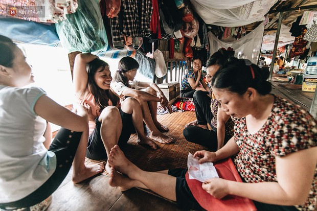 Cuộc sống lênh đênh trên thuyền của người lao động nhập cư ở Hà Nội: Chả có gì khó khăn, đông vui là chính - Ảnh 12.
