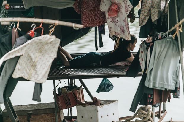 Cuộc sống lênh đênh trên thuyền của người lao động nhập cư ở Hà Nội: Chả có gì khó khăn, đông vui là chính - Ảnh 20.