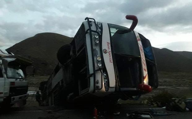 Tai nạn xe buýt tại Bolivia, gần 40 người thương vong - Ảnh 1.