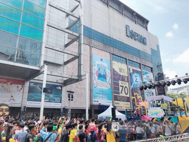 Hàng ngàn bạn trẻ Việt đang đổ về Bangkok để hoà vào dòng người chơi té nước Songkran! - Ảnh 4.
