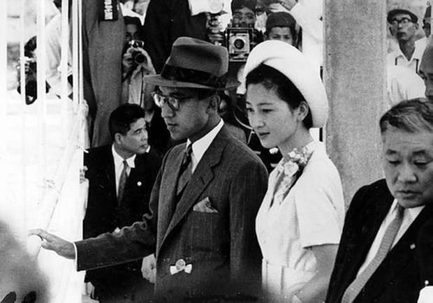 Nhan sắc kiều diễm của Hoàng hậu thường dân Michiko thời trẻ, khiến vua say đắm đến phá bỏ quy tắc Hoàng gia - Ảnh 4.