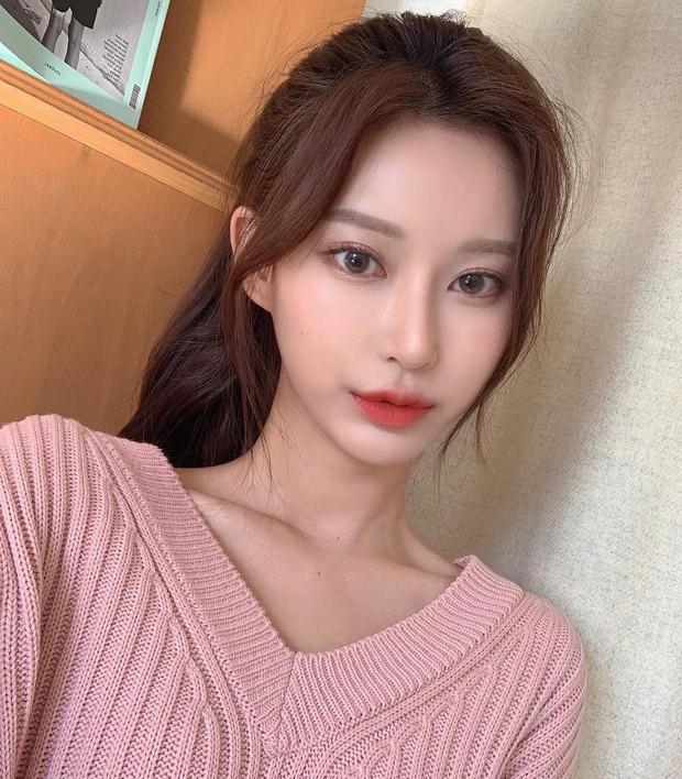 Tóc mái bổ luống bị nhiều cô nàng kỳ thị hoá ra đang cực hot ở Hàn, siêu xinh khi diện cùng tóc đuôi ngựa như thế này - Ảnh 1.