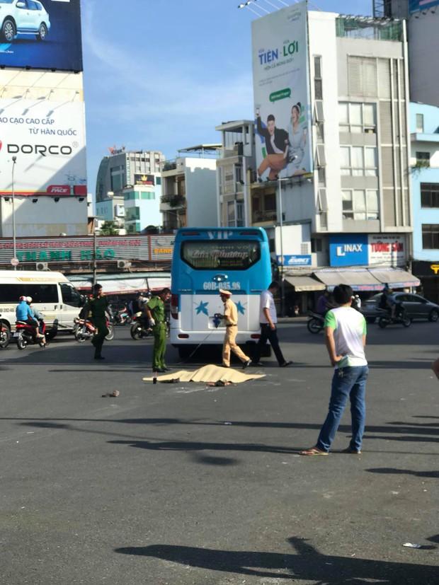 Người phụ nữ bán vé số ở Sài Gòn bị xe khách tông tử vong thương tâm - Ảnh 1.