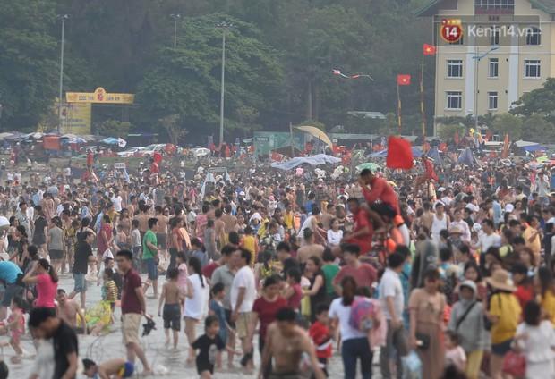 Biển người đổ về Sầm Sơn tắm biển ngày đầu kỷ nghỉ lễ Giỗ tổ Hùng Vương - Ảnh 1.