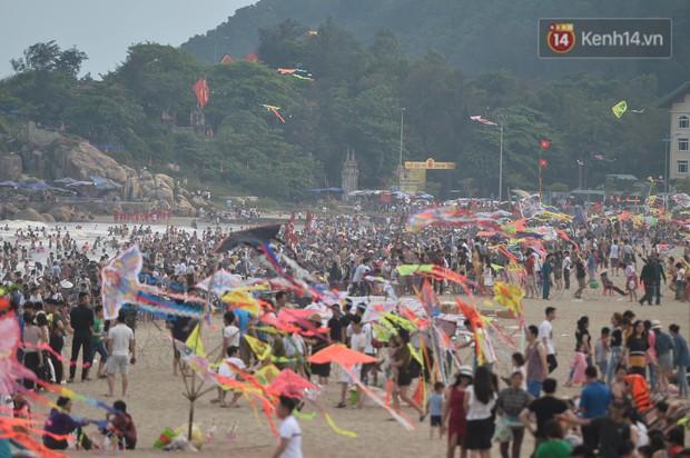 Biển người đổ về Sầm Sơn tắm biển ngày đầu kỷ nghỉ lễ Giỗ tổ Hùng Vương - Ảnh 7.