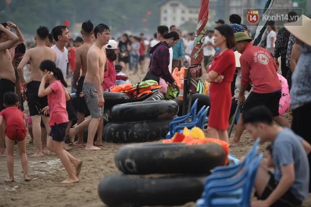 Biển người đổ về Sầm Sơn tắm biển ngày đầu kỷ nghỉ lễ Giỗ tổ Hùng Vương - Ảnh 6.